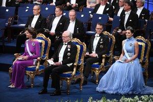 Švédsky kráľ Carl Gustaf (uprostred), švédska kráľovná Silvia (vľavo), princ Daniel a korunná princezná Victoria na slávnostnom odovzdávaní tohtoročných Nobelových cien.