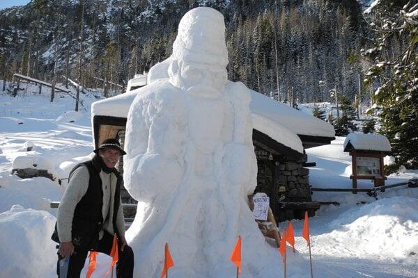Na snímke Peter Petras pózuje pred sochou Mikuláša zo snehu pred Rainerovou chatou vo Vysokých Tatrách.