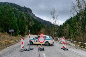 Policajné auto blokuje vstup do Vrátnej doliny.