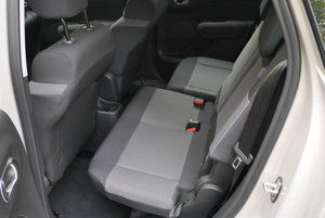 Zadné sedadlá sa dajú podľa potreby posúvať, nastaviteľný je aj sklon operadiel.