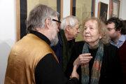 Peter Ďurík v rozhovore s ilustrátorkou Květou Fulierovou na otvorení výstavy v Galérii TypoArs vo Vajnoroch.