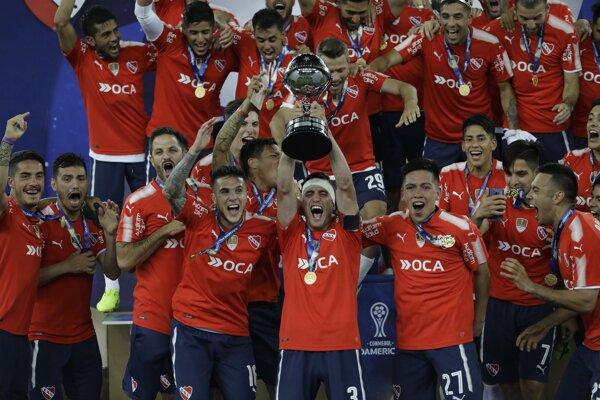 Hráči Independiente sa radujú zo zisku trofeje.