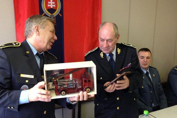 Michal Čurlej (vpravo). S veliteľom ÚzO DPO SR Humenné  Andrejom Haluškom.