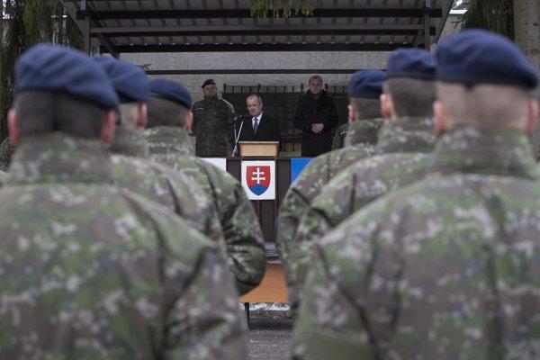 Minister obrany SR Peter Gajdoš sa prihovára príslušníkom Vojenskej polície.