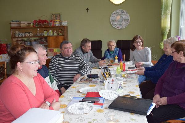Seniori kreatívne pracujú. Vyrábajú rôzne spomienkové predmety.