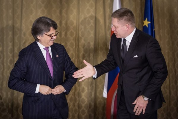 Generálny riaditeľ automobilky Ralf Speth (vľavo) apremiér Robert Fico.