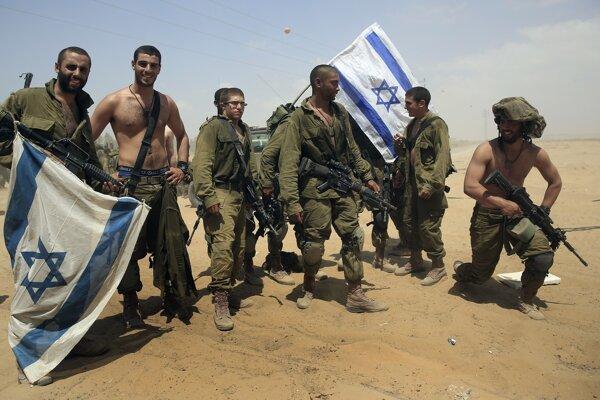 Vojaci z bataliónu parašutistov pózujú po návrate z Gazy.