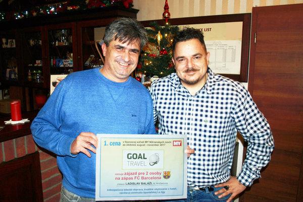 Šťastný víťaz Ladislav Baláži (vľavo) si môže zháňať mapu Barcelony, letenky už má. Blahoželal mu Marek Farkaš.