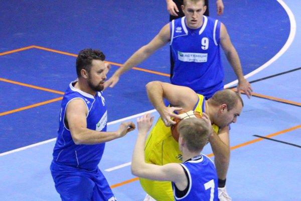 BK Exit Nitra vyhral v Dunajskej Strede. V modrom Hrnčiarik, Hindický a M. Medo.