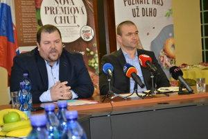 Miroslav Matvija (vľavo) a Ladislav Čechovič na tlačovej besede v spoločnosti Mecom Group.