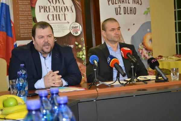 Miroslav Matvija (vľavo) a Ladislav Čechovič z Mecom Group informovali o sanitačných opatreniach ešte minulý rok.