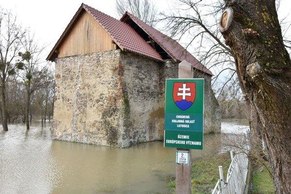 Miesto označuje žulový stĺpik s označením nadmorskej výšky 94,3 m.n.m. , ktorý je pri rieke Bodrog neďaleko hraníc Slovenska s Maďarskom. V blízkosti stojí aj zrúcanina ranogotického kostola z 13. storočia (na snímke).
