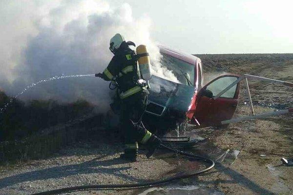 Auto zhorelo, hasiči ho dohasili.