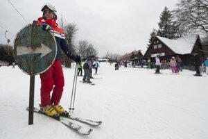 Na snímke lyžovačka na svahu lyžiarskeho strediska na Pezinskej Babe, 5. januára 2017.