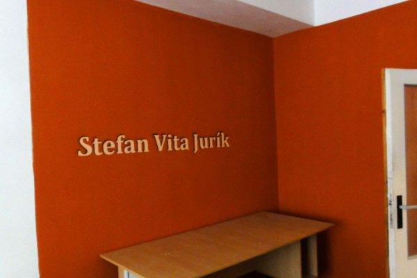 Štefan Jurík si izbu ozdobil vlastným menom.