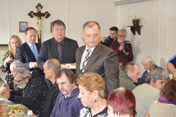 Starostovia naberali. Jedlo si prišli bezdomovci vychutnať do cirkevnej charity.