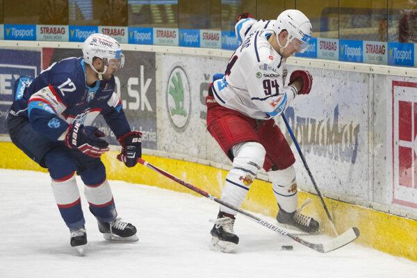 Hráč zo Zvolena Viktor Fekiač a Martin Rýgl z Nitry v zápale hry.