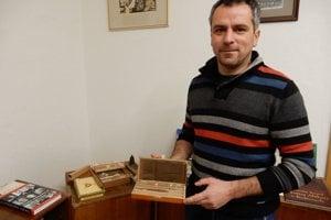 Starosta obce Radoslav Dlugoš ukazuje cigary, aké sa vyrábali s Smolníku.