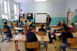 Žiaci Základnej školy s materskou školou v Smolníku počas vyučovania s učiteľkou Martinou Barnovou.