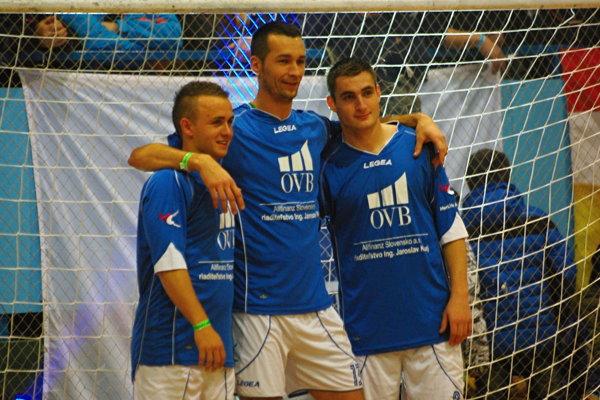 Takto si pred dvomi rokmi zapózovali po úspešnom turnaji – zľava Stano Lobotka (Celta Vigo), Michal Hanek (tréner MŠK Žilina U17, vminulosti hráč Sparty Praha) aMatúš Bero (Trabzonspor).