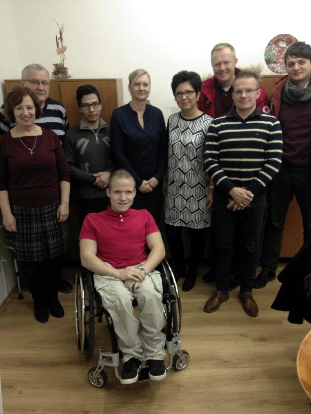 Výťažky z vianočného charitatívneho punču odovzdal zástupcom organizácií viceprimátor Trnavy Tibor Pekarčík.