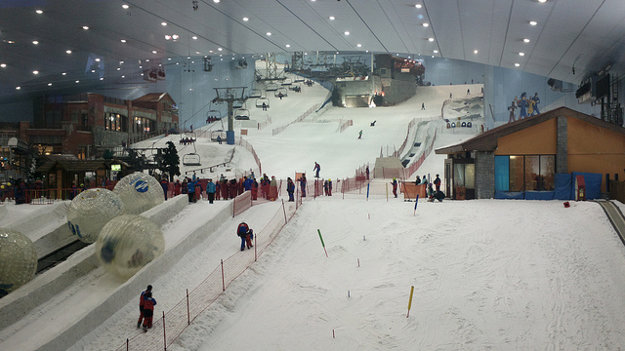 Ski Dubai Alpine má prevýšenie 85 metrov a svahy rôznych obtiažnosti, vrátane koryta pre snowboardistov.