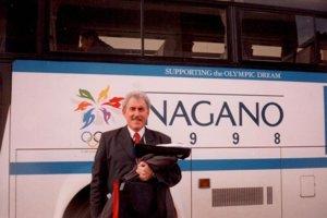 Na ZOH 1998. M. Klíma pred autobusom, ktorý bol vNagane kdispozícii hokejistom.