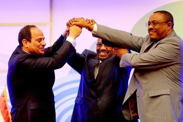 Etiópsky premiér Hailemariam Desalegn (vpravo) na archívnej snímke s vtedajším egyptským prezidentom Husním Mubarakom (vľavo).