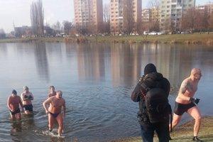 Fotograf loví zábery. Otužilci práve vychádzajú z vody, v ktorej boli asi 12 – 15 minút.