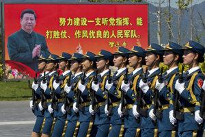 Prezident Si dohliada na vojakov aj z bilbordov.