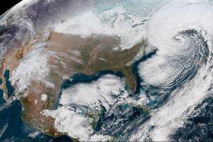 Satelitný záber ukazuje prehlbujúcu búrku Grayson pri východnom pobreží o 17:22 vo štvrtok.