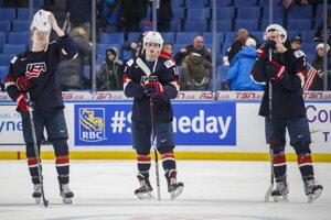 Casey Mittelstadt (v strede) smúti po prehre USA so Slovenskom.