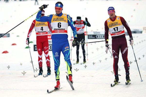 V sobotu sa vo Val Di Fiemme po veľkej dráme tešil Kazach Alexej Poltoranin (v strede).