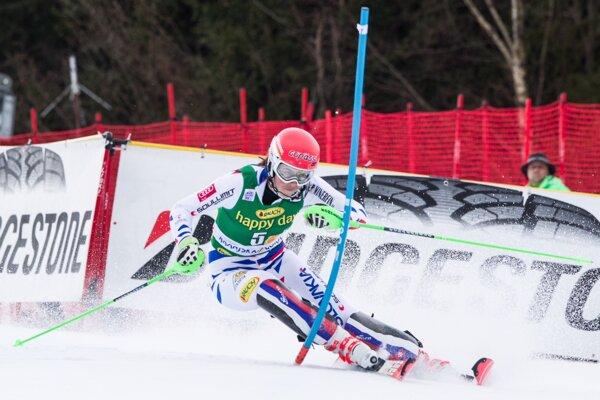 Petra Vlhová bojuje na trati prvého kola slalomu v Kranjskej Gore.