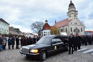 Auto s telesnými pozostatkami Antona Srholca odchádza z námestia pred Kostolom sv. Michala, kde sa konala posledná rozlúčka s týmto kňazom, saleziánom a charitatívnym pracovníkom v Skalici 12. januára 2016.