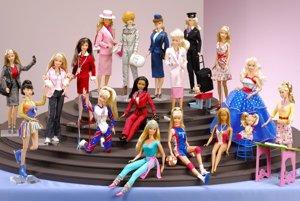 Barbie už má 56 rokov, ale stále vyzerá dobre. Kedysi bola vzorom modernej emancipovanej ženy, dnes ju obviňujú že z dievčat vyrába anorektičky.