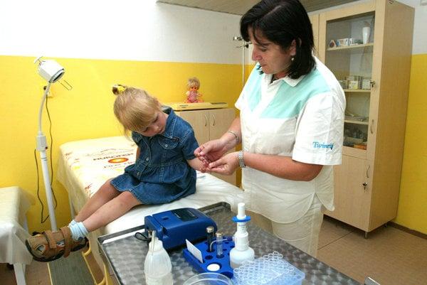 Nedostatkom vakcín sú ohrozené hlavne malé deti.