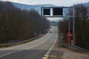 Vodič havaroval po kľukatej jazde horským priechodom Soroška.