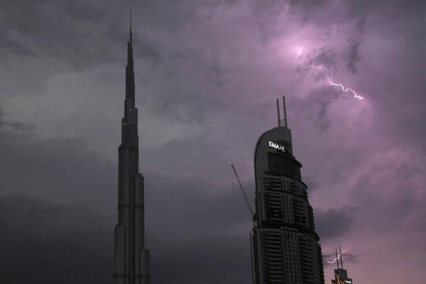 Blesky v búrkových mračnách neďaleko najvyššej stavby sveta, 828 metrov vysokého mrakodrapu Burdž Chalífa v Dubaji.