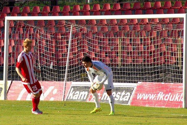 Brankára Senca Kostolanského v zápase prekonal iba domáci Belmin Vila (vľavo).