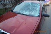 Poškodené auto, ktorým vodička zrazila chodcov.