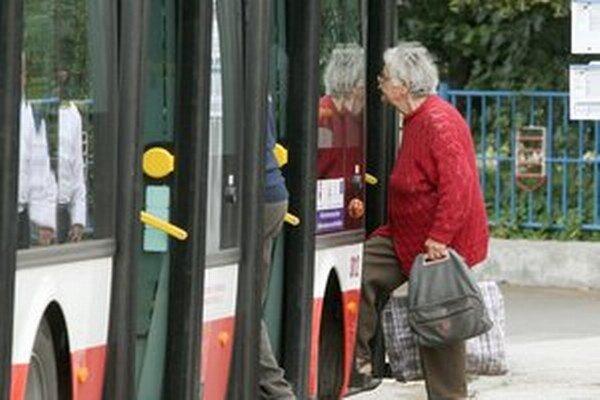 Dôchodcovia sú častým terčom podvodníkov.