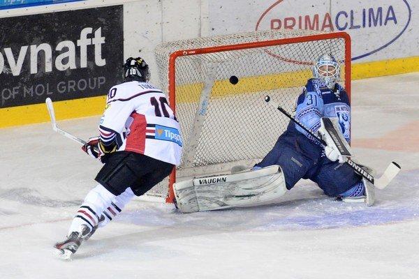 Roman Tománek strelil svojim exspoluhráčom prvý gól zápasu.