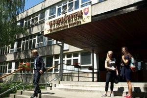 Študenti gymnázia v Handlovej doštudujú na gymnáziu v Prievidzi.