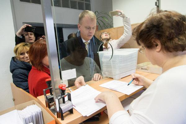 Predseda strany SPOLU – občianska demokracia Miroslav Beblavý počas odovzdávania podpisov na registráciu novej politickej strany SPOLU – občianska demokracia v podateľni Ministerstva vnútra SR.