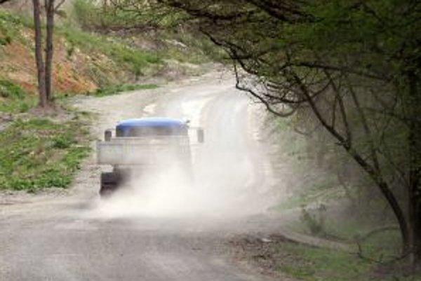Za autami sa dvíhajú mračná prachu.