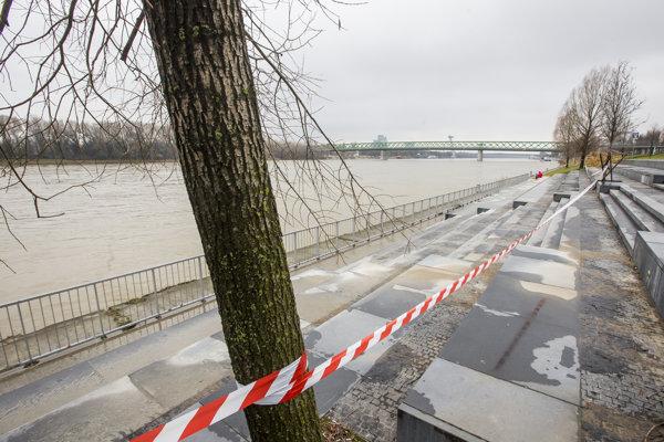 Schody pri Eurovei, na ktorých zvyknú ľudia oddychovať, sú zatarasené pre vysokú hladinu Dunaja.