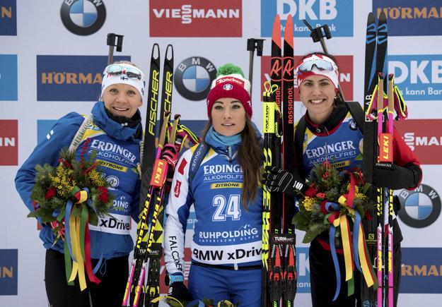 Tri najlepšie z vytrvalostných pretekov - zľava Kaisa Mäkäräinenová, v strede Dorothea Wiererová a vpravo Rosanna Crawfordová.