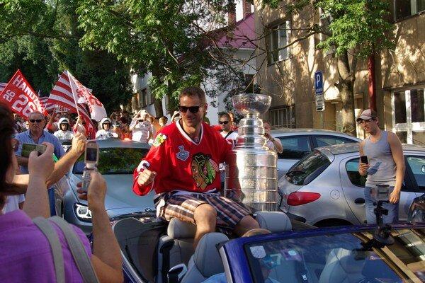 Michal Handzuš prichádza na námestie v sprievode fanklubu.