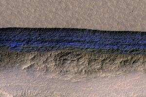 Hrubé pásy ľadu (modrá) pozorovali na strmých marťanských útesoch.